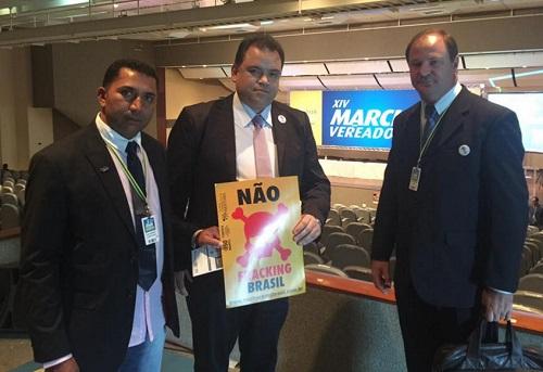 Vereador Asaf Sobrinho (à esquerda), com Juliano Bueno de Araujo e Ademar Dorfschmidt, presidente da Câmara Municipal de Toledo.
