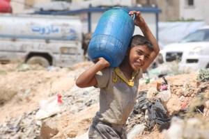 No campo para pessoas deslocadas de Tishreen, em Aleppo, Síria, um menino carrega água fornecida por meio de projeto entre a OXFAM e o UNICEF. Foto: UNICEF/Razan Rashidi
